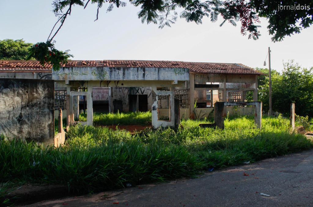 A estrutura da escola municipal ocupa quase um quarteirão inteiro; os prédios estão destelhados, com tijolos quebrados. (Foto: Ana Carolina Moraes/ Jornal Dois)