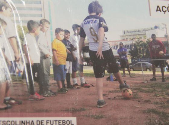 Também oferece aulinhas de futebol e atuou na limpeza do lago no Parque Vitória Régia (Foto: Acervo)