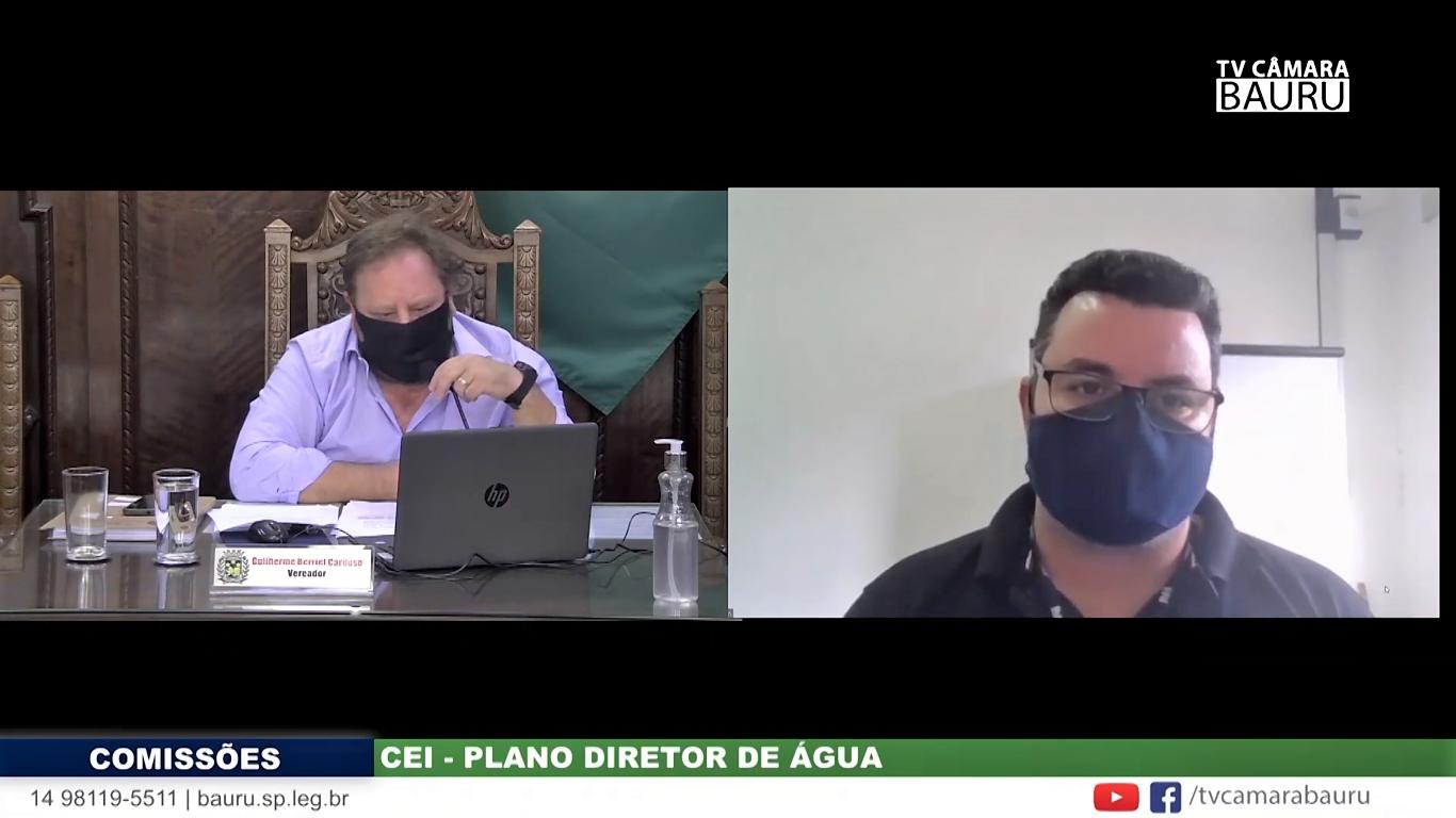 À direita, o servidor Eriton Luís Corrêa, diretor financeiro do DAE desde fevereiro de 2021, em depoimento à CEI no dia 18 de junho deste ano (Imagem: TV Câmara Bauru/Reprodução)