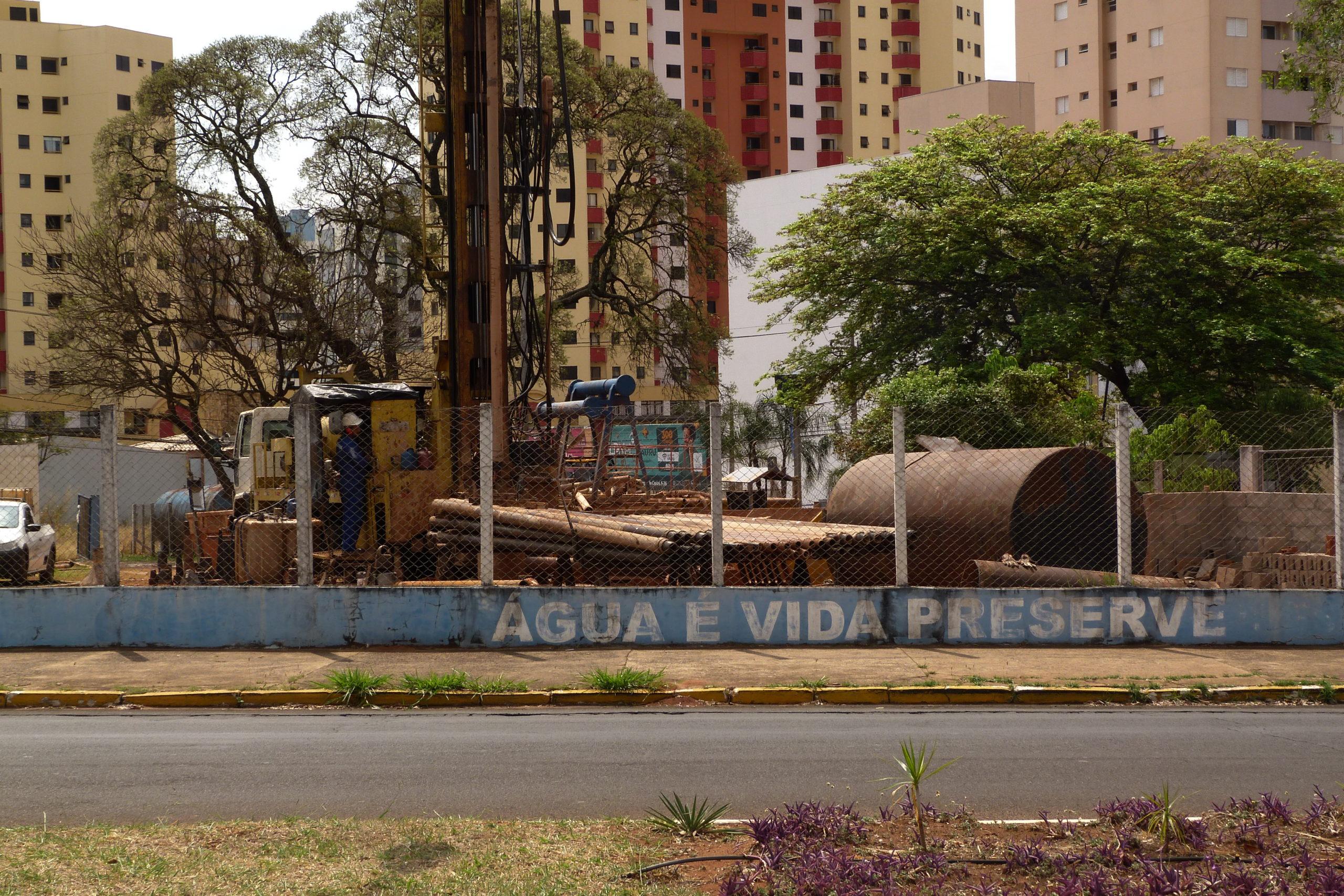 Perfuração em andamento do poço Jardim Infante Dom Henrique, ao lado do Bauru Shopping, iniciada em meados de agosto (Foto: Michel F. Amâncio)